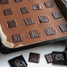 Näiden mokkapalojen pohjassa maistuu After Eight -suklaakonvehdit. Ne piilotetaan taikinaan ennen paistamista, mikä saa aikaan miellyttävän mintun maun.