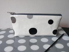 tuto super simple pour une pochette - simple as a pouch DIY - Pop Couture, Couture Sewing, Diy Sac, Diy Clutch, Computer Bags, Cute Bags, Zipper Bags, Mode Inspiration, Bag Making