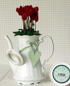 Eine Kaffeekanne mit den besten Wünschen zur Porzellanhochzeit von Corinna und Detlef