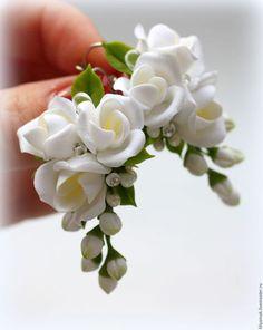 Купить или заказать Серьги 'Белая фрезия' в интернет-магазине на Ярмарке Мастеров. Серьги с нежными, белоснежными фрезиями ручной работы. Между цветочками стразы Сваровски и капли японского бисера. Длина около 5см. На последнем фото вариант под свадебный образ невесты. Цвет у цветочков можно изменить, обсуждается в переписке или в комментариях к заказу.