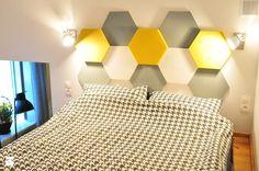 Sypialnia zaprojektowana przez Art of Home. Panele Hexa