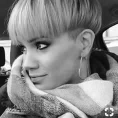 bowl cut bowl cut The post bowl cut appeared first on Frisuren Dutt. Tomboy Hairstyles, Pixie Hairstyles, Bowl Cut Hair, Hair Inspo, Hair Inspiration, Short Hair Cuts, Short Hair Styles, Bowl Haircuts, Pelo Pixie