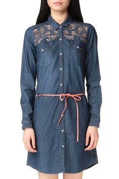 Robe kaporal en jean, détails dentelle sur décolté
