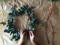 Les fêtes nous rendent définitivement plus créatifs. Alors pour Noël, pas question d'acheter une traditionnelle couronne de Noël vue et revue. Cette année, misez sur une couronne moderne, subtile et bucolique. Suivez nos étapes !...