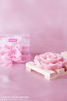 Rosa de Versales da linha Flor de Cerejeira. Possui essência de Bulhões Flower, Flor de Cerejeira e Ambience. Com extrato de Gérmen de Trigo, manteiga de Karité e óleo de Pamiste.
