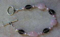 Pulsera de cuarzo rosa y perlas http://losabalorios.com/blog/2015/02/conjunto-de-collar-y-pulsera-con-perlas-pequenas/