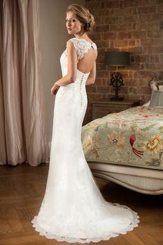 6 luxurious, lightweight wedding dresses perfect for the beach