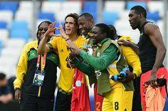 Tras el error geográfico, Cavani se sacó una foto junto a los jugadores de Jamaica. June 13, 2015.