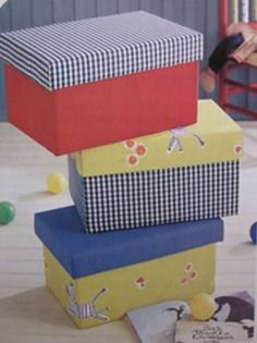 Buena manera de reutilizar las cajas de zapatos para guardar varias cosas, dandole un toque diferente simplemente forrandolas con telas de colores... detalles: http://demanualidades.com/page/97/