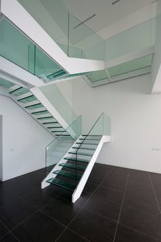 21 Beautiful Modern Glass Staircase Design - Home Design - Info Virals - New Fashion and Home Design around the World Rustic Staircase, Floating Staircase, Staircase Railings, Wooden Staircases, Staircase Ideas, Stairways, Glass Stairs Design, Balcony Glass Design, Stair Railing Design