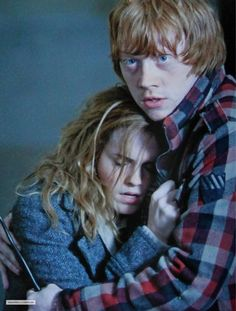 Ron Weasley protecting hermione in the last harry potter movie. Harry Potter World, Arte Do Harry Potter, Yer A Wizard Harry, Harry Potter Love, Hermione Granger, Harry Et Hermione, Draco, Hermoine And Ron, Ron Weasley