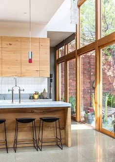 Melbourne Home of Lisa Gorman & Dean Angelucci. via The Design Files The natural light in here is beautiful. Interior Exterior, Home Interior, Kitchen Interior, Interior Architecture, Interior Doors, Craftsman Interior, Design Kitchen, Rustic Exterior, Natural Interior