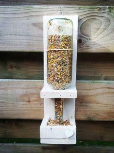 Leuke voer silo voor de vogels!  Gemaakt van pallethout.  sloophoutdecoratie@live,nl
