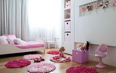 """Nesta casa tem três crianças. No quarto da caçula, cama baixinha e caixas revestidas de tecido dão o tom feminino. Para dar mais charme, flores de pano foram """"plantadas"""" no nicho. Projeto do arquiteto Toninho Noronha"""