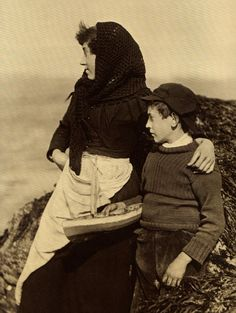 ⛵⊱Women ⚓ of salt air⊰⛵ .Brother and Sister - Whitby - North Yorkshire - England - Late Yorkshire England, North Yorkshire, Vintage Photographs, Vintage Images, Old Pictures, Old Photos, Haunting Photos, Northern England, Draw On Photos