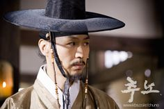 The Slave Hunters(Hangul:추노;RR:Chuno) is a 2010South Koreanaction historical drama set in theJoseon Dynastyabout a slave hunter (played byJang Hyuk) who is tracking down a general-turned-runaway slave (Oh Ji-ho) as well as searching for the woman he loves (Lee Da-hae).It aired onKBS2 for 24 episodes.  윤진호