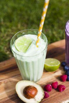 Smoothies passar inte bara till frukost, det är perfekt til barnen, som mellanmål eller som hälsosamt substitut till glass. Juice Drinks, Juice Smoothie, Healthy Smoothies, Smoothie Recipes, Green Smoothies, Great Recipes, Healthy Recipes, Healthy Food, Good Food