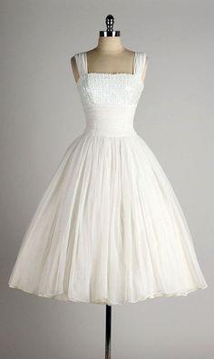 I can see this vintage white chiffon dress as a wedding dress Vestidos Vintage, Vintage 1950s Dresses, Vintage Outfits, Vintage Fashion, Vintage Clothing, Vintage Costumes, White Chiffon, Bridal Gowns, Wedding Dresses