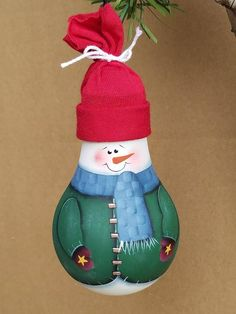 Watts this? This is a unique repurposed light bulb decoration! Each light bulb is the perfect ornament to hang on a Christmas tree, and even after the holidays are over, this snowman will continue to warm your heart for the rest of those long winter month Christmas Lamp, Christmas Light Bulbs, Christmas Ornaments To Make, Snowman Crafts, Xmas Crafts, Christmas Projects, Disney Christmas Decorations, Light Bulb Crafts, Painted Light Bulbs