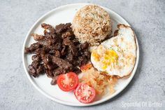 The marinade for this Filipino Beef Tapa tapsilog has a delicious combination of sweet, sour, and salty flavors - it makes me want to eat more! Serve with garlicky fried rice, crispy fried egg, fresh tomatoes and atchara - perfect for breakfast or any time of the day. Filipino Recipes, Filipino Food, Filipino Dishes, Beef Tapa, Papaya Recipes, Marinated Beef, Beef Sirloin, Roasted Meat, Pinoy Food