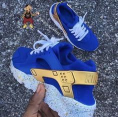 Love this customized Nike Hurrache💙💛 Sneakers Mode, Custom Sneakers, Custom Shoes, Sneakers Fashion, Shoes Sneakers, Haraches Shoes, Basket Style, Lit Shoes, Hype Shoes