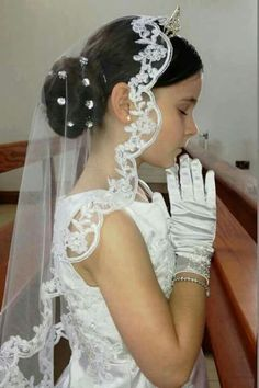 Investigate my First Communion veil range, to give you ideas to choose your truly bespoke first communion veil. Options are numerous from the traditional two layer style to communion mantilla veils. Girls First Communion Dresses, First Communion Veils, Holy Communion Dresses, First Communion Party, First Holy Communion, Communion Hairstyles, Marie, Poses, Lace Veils