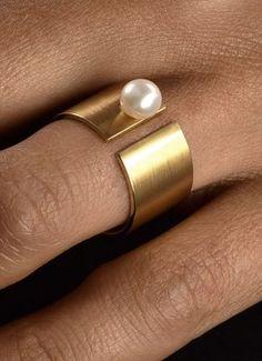"""Die Perle, unverändert, wie die Natur sie hergibt. Ring """"Die Perle"""" aus Gelbgold besetzt mit einer hochwertigen Süßwasserperle."""