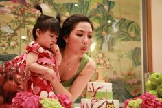 Pink Owl-Themed Korean First Birthday Party by Elizabeth Mercer Photography | Two Bright Lights