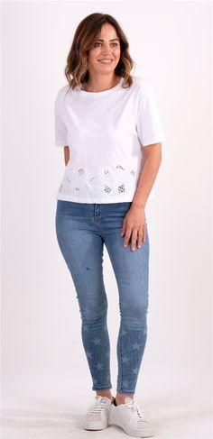 Beyaz Delik İşi Nakış Detaylı TshirtKumaş Cinsi  :%100 PamukModelin Ölçüleri : 1.68cm / 36 BedenModelin Üstündeki Beden :SYıkama Talimatı:Ürünün iç etiket bölümünde gerekli yıkama talimatı yer almaktadır. Skinny Jeans, T Shirt, Pants, Fashion, Supreme T Shirt, Trouser Pants, Moda, Tee, La Mode