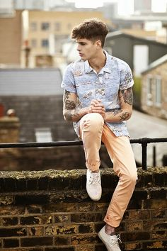 Jealous of his colored denim! Jeans Con Tennis, Style Masculin, Moda Blog, Poses For Men, Inked Men, Men Street, Colored Denim, Colored Pants, Men Looks