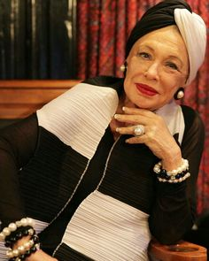 God I wish I could pull off a turban Style And Grace, Style Me, Style Blog, Beautiful Old Woman, Nyc, Mature Fashion, Advanced Style, Ageless Beauty, Aging Gracefully