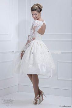 Supermooie handgemaakte korte bruidsjurk. De top is strapless en de rok loopt mooi bol uit. Te bestellen in alle maten. Neem voor meer informatie gerust contact met me op, ik ga graag voor je aan de slag!