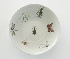 Bowl com o tema bugs! #porcelana #porcelanadecorada #porcelanapersonalizada #decoração #decor #pintadoamão #feitoamão #brasil #brazil #homedecor #porcelain #bugs #insetos #butterflyes #spiders #grilos #ouro #westwing  https://www.westwing.com.br/porcelana-patricia-virmond-pratos-bandejas-e-moringas/