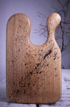 Lungime - 48 cm,Lăţime - 29 cm,Grosime - 2.2 cm,Greutate - 1.8 kg  Culoare – Nature  Finisaj -  procedeu natural cu ulei din nuci şi ceară de albine  Esenţă lemn- Stejar   Colecție - Golden Rain  Mester- Constantin Toderau
