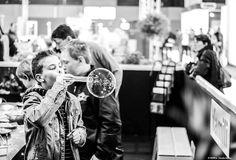 Spectacle de bulles de savon géantes - Animations originales de bulles de savon géantes. Je créé des bulles de savon géantes pour vos évènements privés ou public, vos films publicitaires, vos projets artistiques sur Paris, Nice, Cannes, Monaco, Toulouse, Bordeaux, Genève