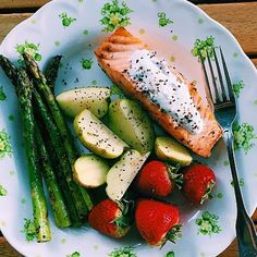 """""""Happy Tuesday SizzleFish fans! What are your favorite summertime sides  to serve with your @sizzlefishfit? @lccotter served her @sizzlefishfit Salmon with a cool yogurt sauce and hand picked garden fruit and veggies!  _______________________________ ‼️ You can find all of our perfectly portioned fish and shellfish on our website: www.sizzlefish.com‼️ _______________________________"""