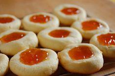 Minik minik dolgulu kurabiyeler.