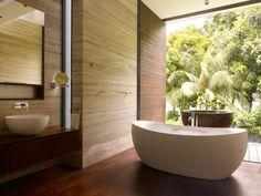 salle de bain zen: murs en bois et baignoire îlot