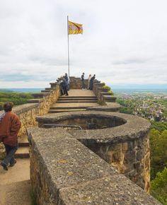 Die Burg Baden hoch über Badenweiler mit einem herrlichen Ausblick. Die Burgruine wurde von einigen Jahren restauriert, so dass man gefahrlos den Blick über die Rheinebene genießen kann. Sie hat geschichtsträchtige ehemalige Besitzer, wie Konrad von Zähringen oder Richard der Löwe. Die Burg stammt aus dem 12. Jahrhundert
