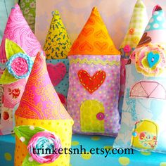 Whimsical Stuffed Fabric House Ornament by trinketsnh on Etsy House Quilts, Fabric Houses, Home Crafts, Crafts For Kids, Diy Crafts, Cottage Crafts, Sewing Projects, Projects To Try, Cushion Tutorial