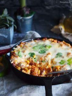 Przepis na pyszną, meksykańską lazanię z patelni z wołowiną, fasolą i kukurydzą i grubą warstwą ciągnącego się sera, pycha!