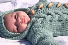 Dieses Baby Ammer ist von oben nach unten mit sperrigen Wolle und Größe US #9 Nadel Stricken.  Größe: 0-9 Monate (21 Brustumfang)  Ca. 500