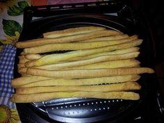 Grissini Bimby croccanti, ecco la ricetta. Ingredienti: 230 g acqua tiepida, 50 g olio, 10 g zucchero, 1 cubetto lievito, 250 g farina 00, 250 g manitoba 15 g sale