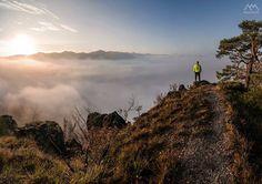 """A súľovská inšpirácia do tretice aj na dnes ráno  Krásne víkendové ránko Slovensko...   Ďalšia panoráma zo """"Súľovskej inverzie"""". Hmla po východe slnka začala stúpať a nastala chvíľa ktorú zbožňujem...hmla sa dostala takmer do mojej úrovne a trčali len okolité najvyššie vrcholy.  MILO AdventurePhotos"""