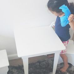Isabela desde sempre gostou de ajudar sempre pedia e ainda pede para ajudar a limpar e organizar. Não posso dizer que eu influenciei isso nela incentivando ou pedindo para ela ajudar ela que sempre pediu e sempre foi ganhando cada vez mais espaço para ajudar e tarefas de acordo com a sua idade.  Primeiro começou claro com ter que organizar seus brinquedos seus livros ajudar com suas roupas hoje ela ajuda a colocar a mesa prepara nosso leite da manhã (sem fogão lógico) ajuda fazendo bolos…