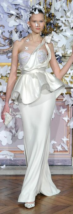 Alexis Mabille Spring 2014 Haute Couture features elegant and ethereal designs accentuated with a myriad of paper butterflies. Style Couture, Haute Couture Dresses, Couture Fashion, Runway Fashion, Fashion Show, Fashion Design, Paris Fashion, Fashion Trends, Alexis Mabille