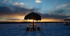 Quiosque de praia fica coberto de neve após nevasca em Port Washington, Nova York, (EUA)