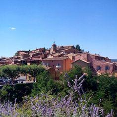 Like a painting...  Come un quadro...   Andare a Roussillon è come entrare in un quadro tra il rosso nell'ocra il verde dei pini e il blu del cielo.
