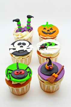 Cupcakes de Halloween Halloween Desserts, Buffet Halloween, Halloween Cupcakes Decoration, Halloween Cupcake Toppers, Theme Halloween, Halloween Treats For Kids, Easy Halloween Crafts, Halloween Cookies, Halloween Birthday