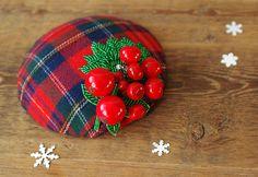 Cherry Tartan Hütchen Fascinator Weihnachten rot von Billies goes Jazzafine auf DaWanda.com Christmas Headpiece, Christmas Hair, Christmas Bulbs, Fascinator Headband, Fascinators, Headpieces, Rockabilly Style, Rockabilly Fashion, Crazy Hats